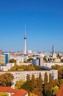 Vue de l'est de berlin avec la tour de télévision sur l'alexanderplatz et les toits de la ville