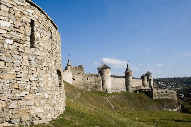 Vue estivale sur le château de kamianets-podilskyi