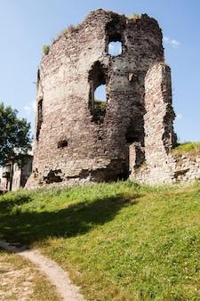 Vue estivale sur les ruines du château de buchach avec beau ciel et nuages, région de ternopil, ukraine