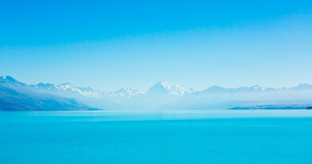 Vue d'été belle du lac pukaki et du mont cook en arrière-plan