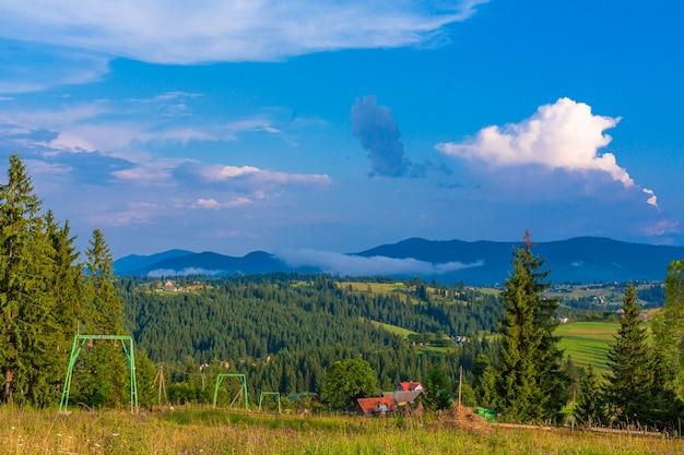 Vue d'été de la colline avec ascenseur pour les touristes de ski