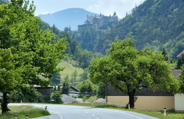 Vue d'été du château de montagne des alpes (autriche, château de hohenwerfen, a été construit entre 1075 et 1078)