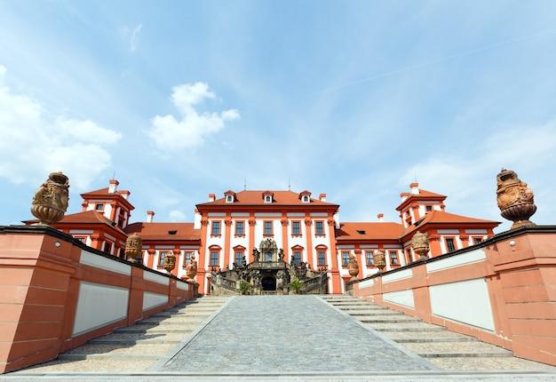 Vue d'été du palais de troja à prague, en république tchèque. construit de 1679 à 1691. architecte jean baptiste mathey