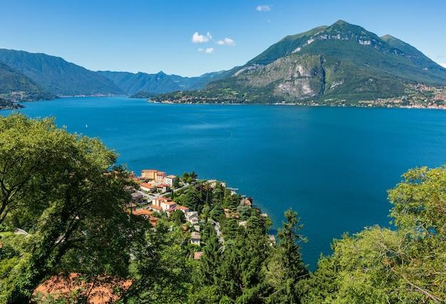 Vue d'été sur le lac de côme alpin du sommet de la montagne (italie)