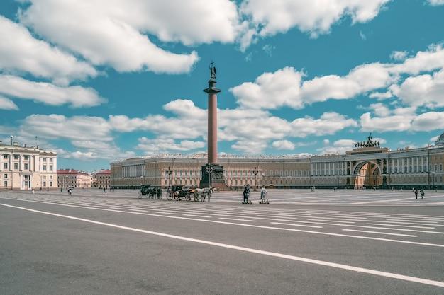 Vue d'été de la place du palais d'hiver avec calèche et chevaux dedans