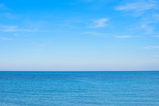 Vue sur l'étendue bleue de la mer et le ciel bleu avec des nuages. horizon dégagé. idéal pour le design et la texture de fond.