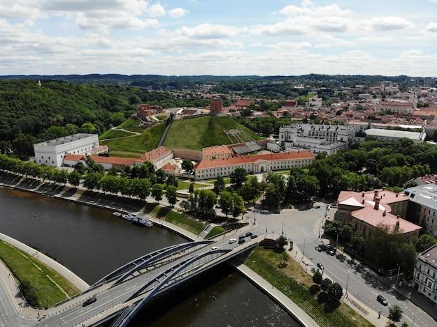 Vue exceptionnelle d'en haut sur la belle et calme ville de vilnus. la capitale du pays baltique européen, la lituanie. photo aérienne créée par drone