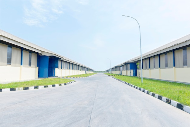 Vue extérieure d'un entrepôt avec un fond de ciel bleu