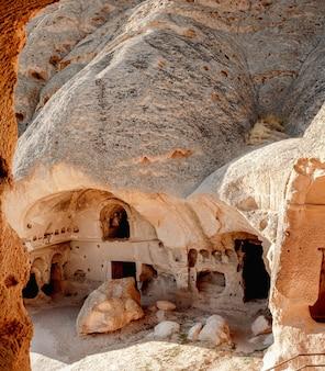 Vue extérieure des habitations troglodytes en cappadoce, turquie