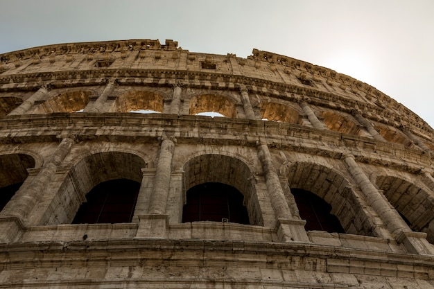 Vue de la façade du colisée de rome, italie.
