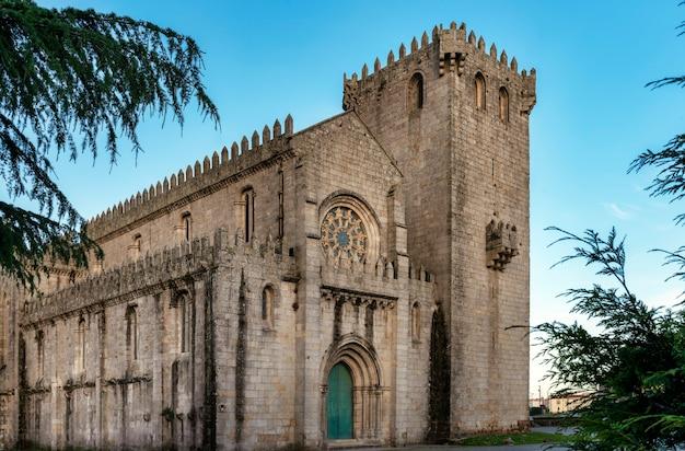 Vue de la façade du monastère de leã§a do balio à porto, portugal