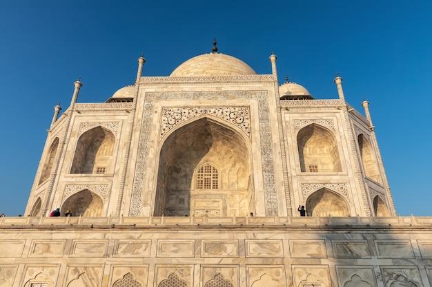 Vue de la façade en marbre du taj mahal, agra, inde.