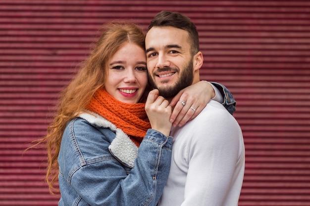 Vue de face d'adorable couple heureux