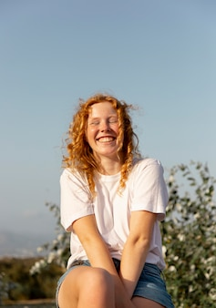 Vue de face adorable jeune fille souriante