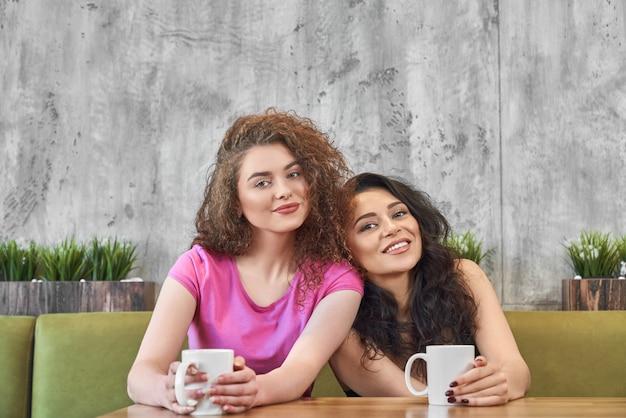 Vue de face des amies prenant son petit déjeuner au café