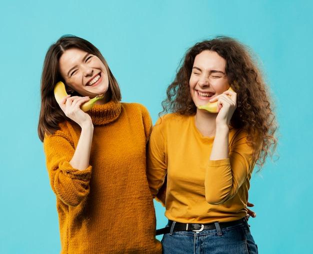 Vue de face d'amis avec banane