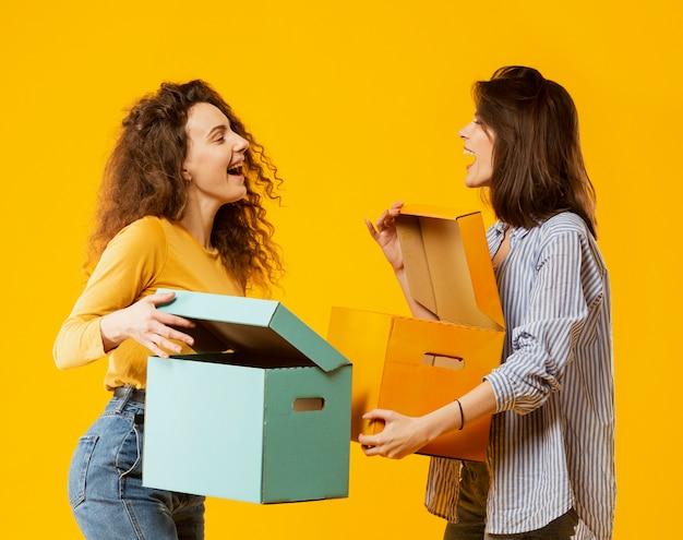 Vue de face d'amis avec des boîtes
