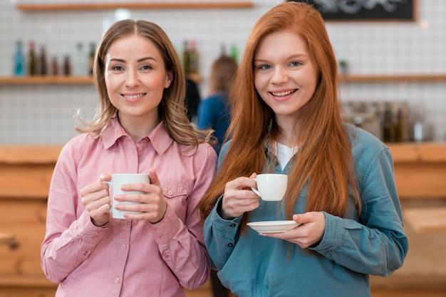 Vue de face d'amis buvant du café