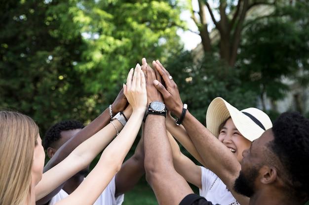 Vue de face amis interraciaux acclamations