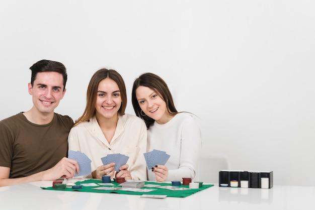 Vue de face des amis jouant au poker