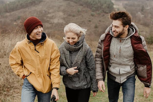 Vue de face d'amis joyeux en randonnée