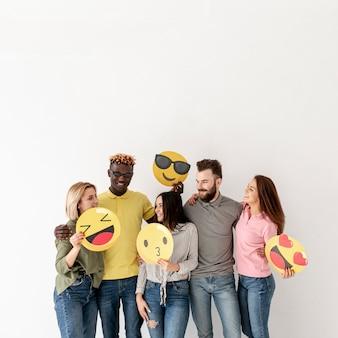Vue de face amis ludiques avec emoji