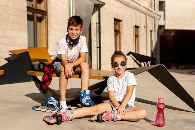 Vue de face des amis avec des patins à roues alignées