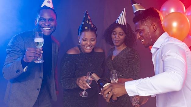 Vue de face amis portant des chapeaux de fête