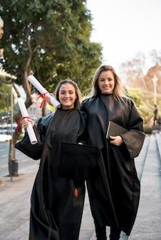 Vue de face des amis posant lors de la remise des diplômes