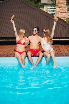 Vue de face des amis profitant de leurs vacances