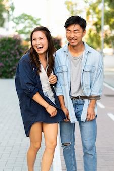 Vue de face amis riant ensemble
