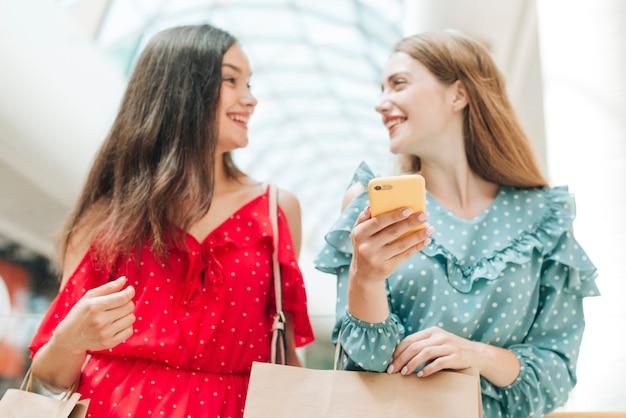 Vue de face des amis se souriant