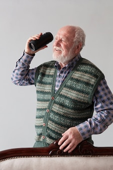 Vue de face ancien mâle écoute de la musique