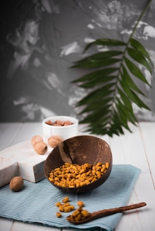 Vue de face des arachides dans un bol