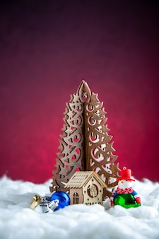 Vue de face arbre de noël en bois bonhomme de neige jouet petite maison en bois