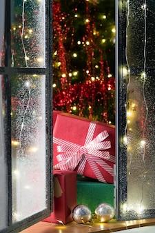 Vue de face de l'arbre de noël et des cadeaux