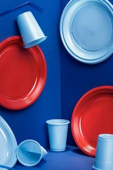 Vue de face des assiettes et des tasses en plastique