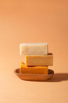Vue de face assortiment de produits d'auto-soins naturels