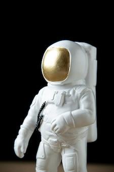 Vue de face de l'astronaute blanc sur la lune noire