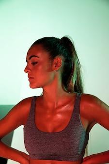 Vue de face d'athlète avec fond vert