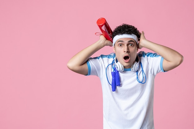 Vue de face de l'athlète masculin choqué dans des vêtements de sport avec des cordes à sauter