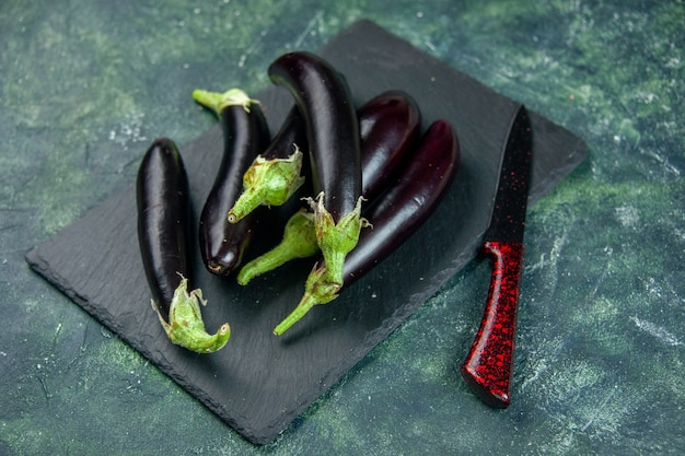 Vue de face d'aubergines noires sur fond sombre