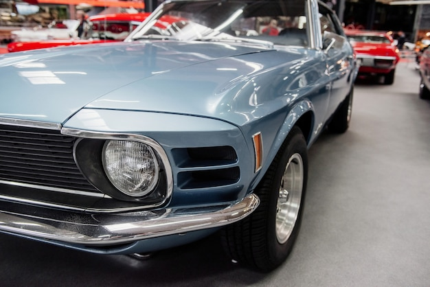 Vue de face d'une automobile bleue rare au salon de l'automobile