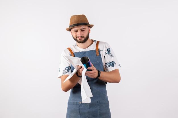 Vue de face barman homme nettoyage shaker sur bureau blanc nuit club boissons alcool travail barre de couleur