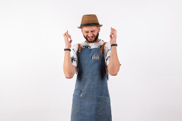 Vue de face barman masculin croisant ses doigts sur le mur blanc bar club nuit boisson alcool modèle de travail