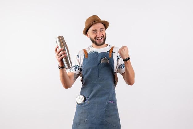 Vue de face barman masculin tenant un shaker et se sentant excité sur un mur blanc club de nuit travail d'alcool bar boisson