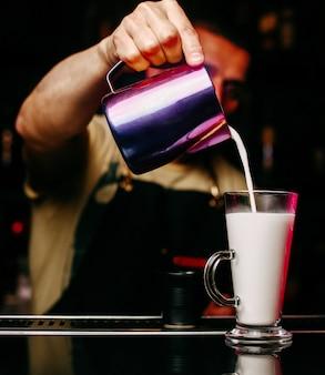 Vue de face barman verre de remplissage avec du jus