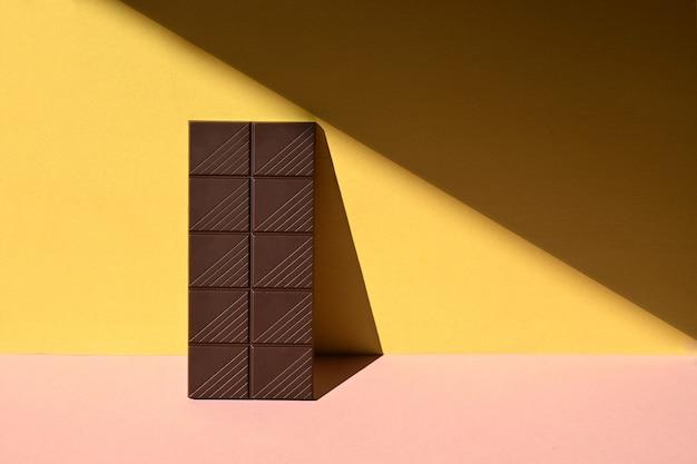 Vue de face de la barre de chocolat avec de fortes ombres
