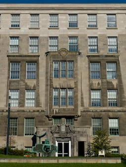 Vue de face d'un bâtiment gouvernemental, golden square mile, montréal, québec, canada