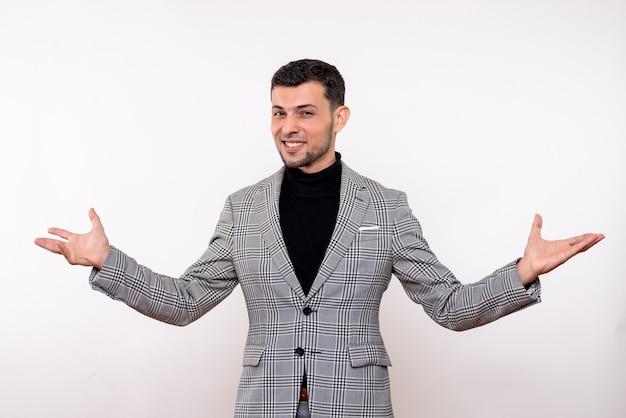 Vue de face beau mâle en costume ouvrant les mains debout sur fond blanc